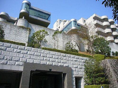 リゾートマンション-熱海市伊豆山 威風堂々の外観。西棟・東棟が連なります。