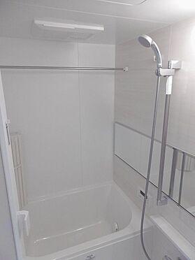中古マンション-多摩市永山1丁目 白基調の明るい浴室。1216サイズです。
