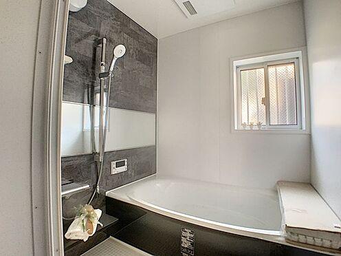 新築一戸建て-名古屋市守山区天子田1丁目 大きめの窓がついていて換気がしっかりできる浴室です。壁面もおしゃれです。