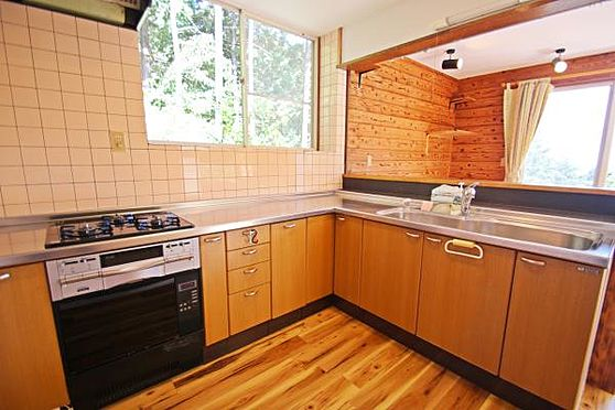 中古一戸建て-熱海市上多賀 キッチンは特に天井が高くとても広々してます。大きな窓もあり、換気と採光に良いです。