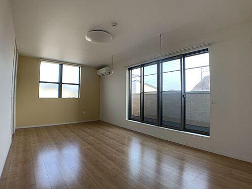 中古一戸建て-知多市南巽が丘4丁目 バルコニーに繋がる洋室は日当たり良好です