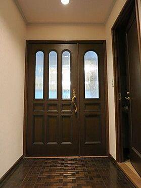 中古マンション-北佐久郡軽井沢町大字長倉 ホールへあがると戸建てを思わせるリビングへの重厚なドア。