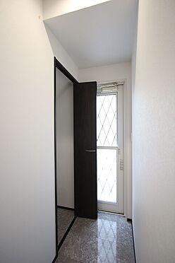 戸建賃貸-桜井市大字橋本 キッチン横に2か所の収納をもうけました。食品や日用品の買い置きやモップ等、背の高い物の定位置にいかがでしょうか?