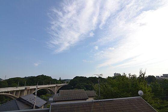 中古一戸建て-稲城市長峰2丁目 2階リビング・ダイニングの窓からのっ眺望は多くの緑が目に入り癒されます。