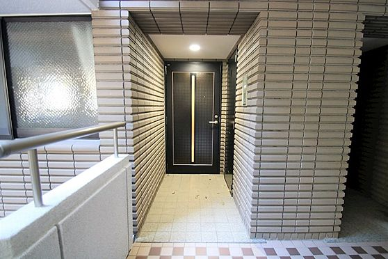 リゾートマンション-熱海市咲見町 玄関(1):対象住戸到着。玄関扉は共用廊下から後退したところにあります。