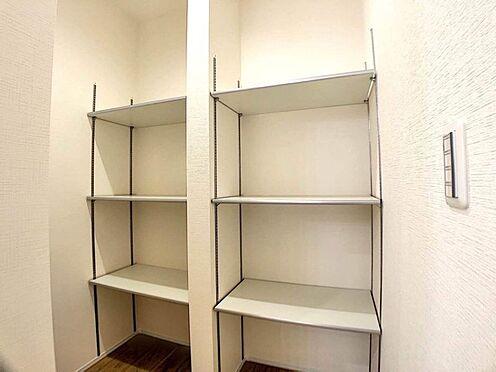 戸建賃貸-名古屋市港区港陽1丁目 キッチンにはうれしいパントリー収納を備えています。(同仕様)