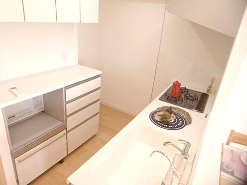 中古マンション-相模原市緑区橋本3丁目 家電収納カウンター付きの食器棚、吊戸棚もあり、キッチン周りの収納設備も充実しております。