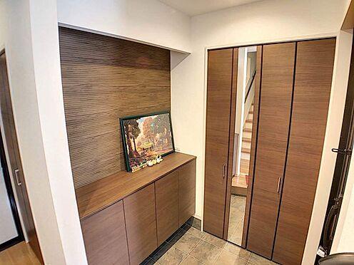 戸建賃貸-江南市高屋町十六田 姿見付きの扉の奥にはシューズインクローゼットがございます。