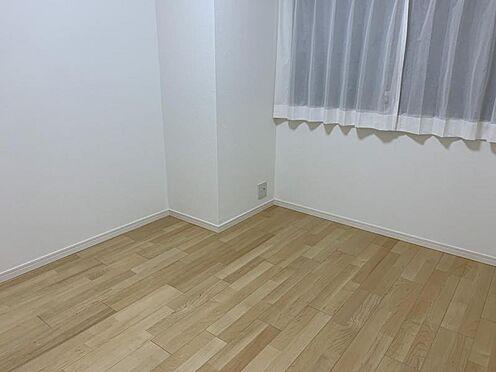 中古マンション-みよし市三好丘5丁目 シンプルな洋室は、家具の邪魔をしないのでインテリアにこだわりたいお客様にお勧めです。どんな家具を置くか考えるのが楽しくなりますね♪