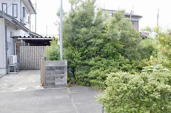 土地-富山市本郷町 南側隣家との境の様子