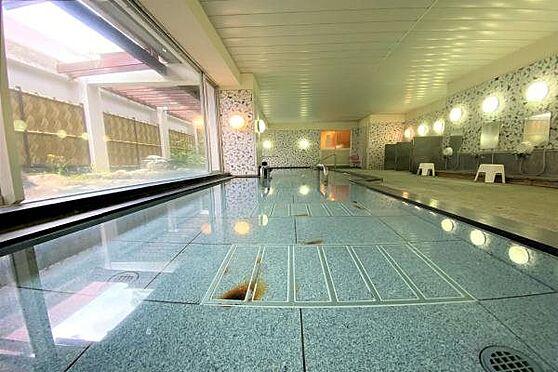 リゾートマンション-熱海市上多賀 温泉大浴場:B1にある体の温まる強塩泉を使用した温泉大浴場。広々しており開放感があります。