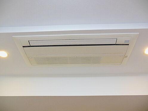 中古マンション-港区赤坂4丁目 リビングには、天井カセット型エアコンが付いております。