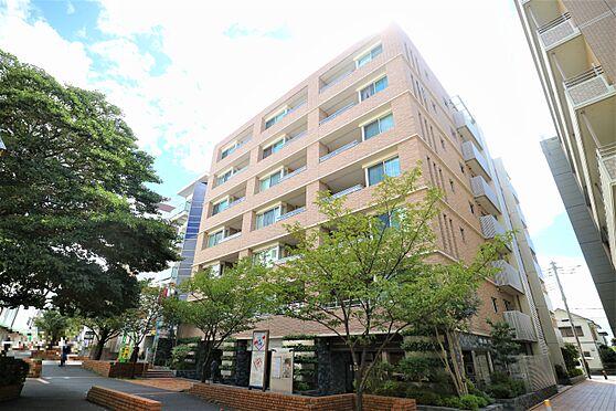 中古マンション-横浜市都筑区葛が谷 メインエントランスのある東側外観。緑道沿いに建っており駅までの道のりに車道がございません。