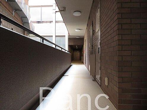 中古マンション-港区西麻布4丁目 きれいに掃除のされている共有部の廊下
