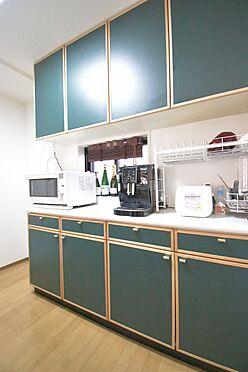 区分マンション-港区三田3丁目 キッチン背面には造付収納が設置されているので、食器棚としてでなく食品庫としてもご利用いただけます。