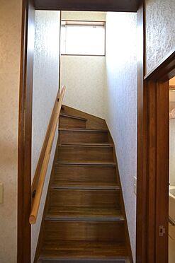 中古一戸建て-多摩市連光寺4丁目 階段にも窓があり光が入ります。