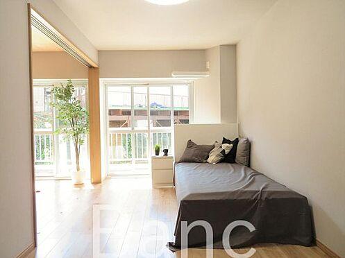 中古マンション-渋谷区元代々木町 リビングと洋室の仕切りは引き戸式でドアのデッドスペースが無いのでお部屋を有効に使えます。