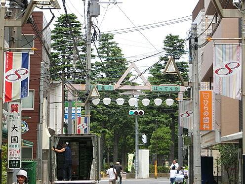 マンション(建物一部)-川崎市中原区上新城2丁目 マンションの前面道路沿いは賑やかな商店街がございます