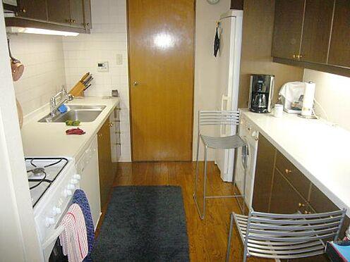 中古マンション-熱海市伊豆山 キッチン背面には食器棚、カウンター下に洗濯機、冷蔵庫置場があります。