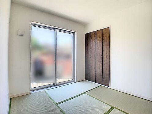 新築一戸建て-名古屋市守山区鳥羽見1丁目 キッチンのすぐ隣に和室が有ります。お子様が遊んでいても安心ですね。