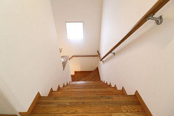 中古マンション-八王子市南大沢5丁目 階段も広々として、窓が付いているのでとても明るいです