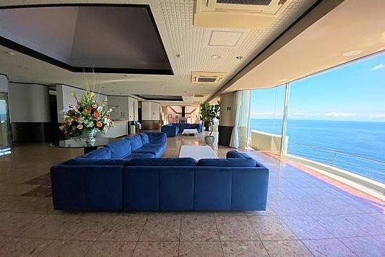 リゾートマンション-熱海市上多賀 ロビー:海を一望できる広々としたロビー。非日常を体感できます。