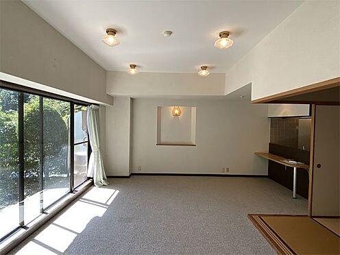 中古マンション-伊東市八幡野 【リビング】カーペット敷きのリビング。約18帖ありゆったりしています。