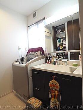 戸建賃貸-浦安市東野3丁目 洗面所にはリネン類の収納スペースも豊富です