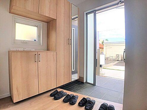 新築一戸建て-西尾市今川町石橋 タイル張りの玄関。窓付きで明るい空間です。