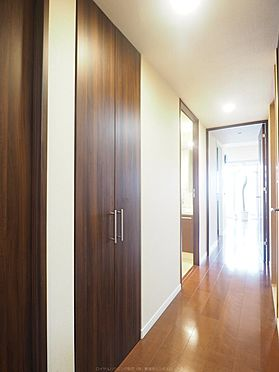 中古マンション-市川市島尻 廊下の収納。奥行きもあります。全居室、廊下に収納があります。