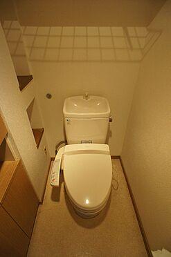 マンション(建物全部)-柏市東中新宿4丁目 トイレ内にも備え付けの収納棚が複数ございます。