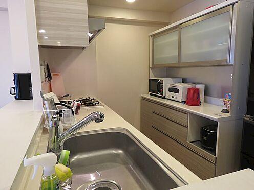 中古マンション-町田市小山ヶ丘4丁目 キッチンと同色の食器棚が設置されています。