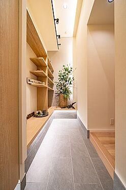 中古マンション-大田区西蒲田7丁目 室内が見えないよう配置された玄関スペースにはベンチを設けました