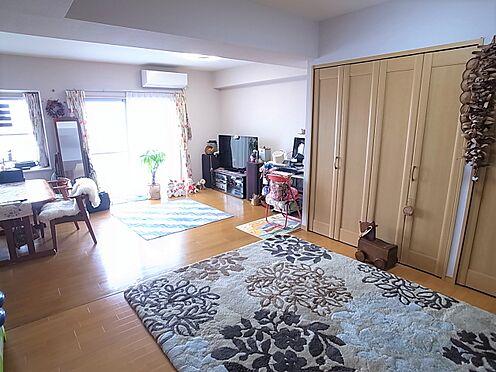 中古マンション-横浜市港南区野庭町 和室とリビングを一つにリフォームした広いリビング掲載中の家具、調度品等は販売価格に含まれません