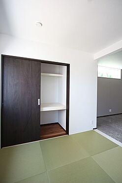 戸建賃貸-桜井市大字橋本 大容量の押入れがあり、寝室や客間としても便利にご利用頂けます。