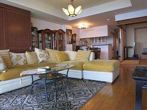 リゾートマンション-熱海市伊豆山 大型ソファを設置してもゆとりのあるリビングダイニング。