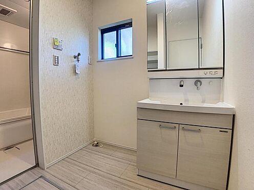 新築一戸建て-豊田市畝部東町川田 水ハネを防止する一体型のカウンター。散らかりがちな洗面台もスッキリと収納できるスペースがあります。