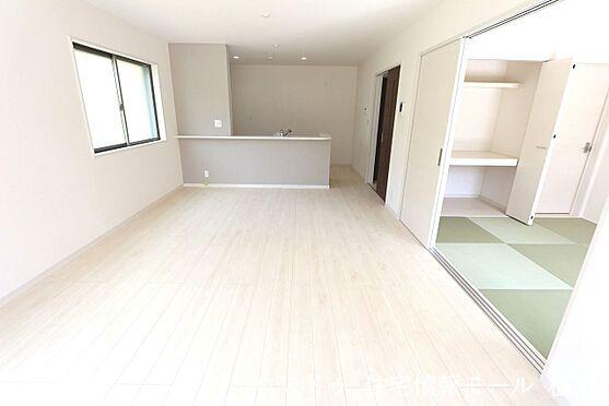 戸建賃貸-磯城郡田原本町大字八尾 和室と合わせて24帖の大きな空間。ご家族の憩いの場にぴったりですね。(同仕様)