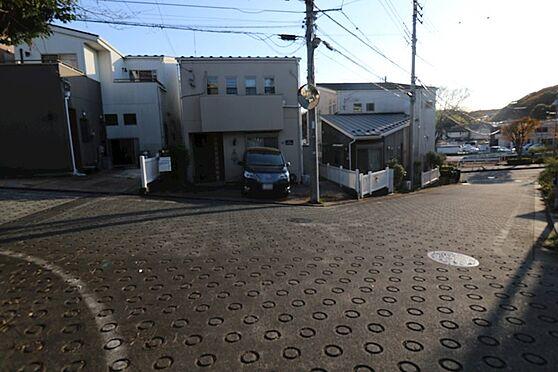 中古一戸建て-八王子市鑓水 前面道路が広く交通量も少ないのでので車庫入れが自信のない方もゆっくり駐車出来ます。