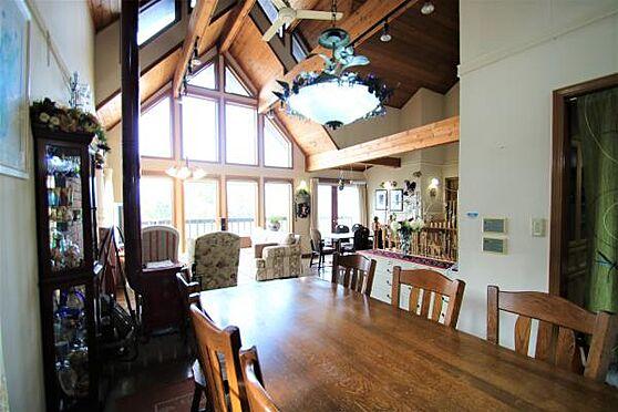 中古一戸建て-田方郡函南町畑 【LD1】約22.0帖のLDスペース。感じるのは木質の重厚感と、天窓の明るさ、そして吹き抜けの開放感
