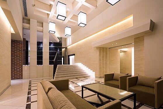 中古マンション-横浜市神奈川区三枚町 光と天然石が調和する2層吹き抜けのエントランスホール。