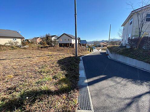 土地-北佐久郡軽井沢町大字長倉 道路北側より南側の様子