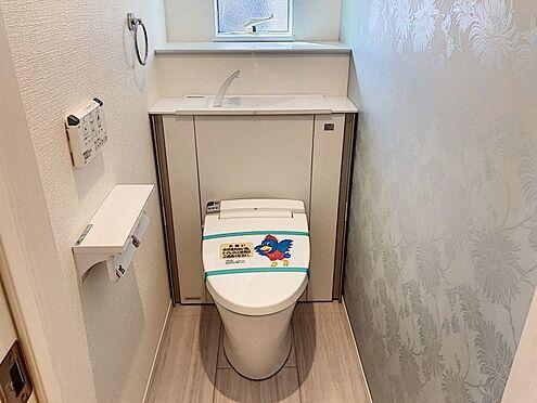 新築一戸建て-知多郡東浦町大字石浜字須賀 収納一体型トイレとなっているので、掃除道具などを収納しスッキリとさせることが出来ます。(1階のみ)