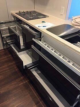 マンション(建物一部)-港区西新橋3丁目 シンク前包丁差しなどが付いている、収納豊富なキッチン。便利な食器洗浄乾燥機付き。2017年3月撮影。
