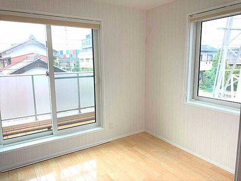 戸建賃貸-西尾市寄住町神明 バルコニーに面した洋室は採光・通風に優れた心地よい空間