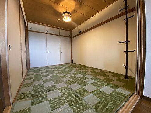 中古マンション-名古屋市名東区植園町1丁目 和室には大きめの押し入れ収納があり、荷物の多いご家庭でも安心です。