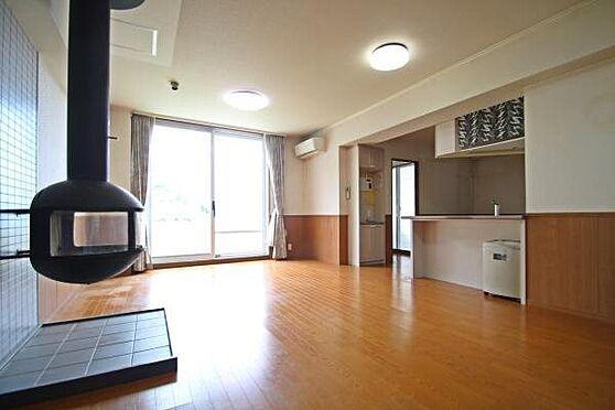 中古マンション-田方郡函南町平井 ベラヴィスタ南箱根の特徴の一つとして暖炉がリビングダイニングにあります。