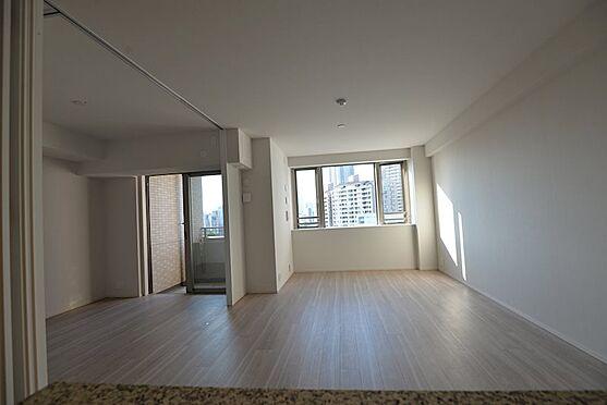 中古マンション-中央区佃2丁目 リビング横5.1帖洋室、引き戸を収納すれば約19.5帖リビングとして利用可能です