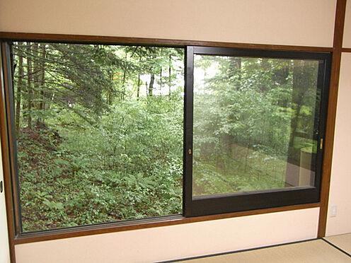 中古一戸建て-北佐久郡軽井沢町大字長倉 和室の窓も広めの造りで、開放的です。