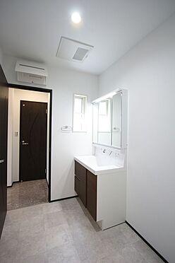 戸建賃貸-桜井市大字橋本 ゆとりの洗面スペースで朝の身支度もスムーズに暮らしを快適に変えるシャワー付洗面台です。